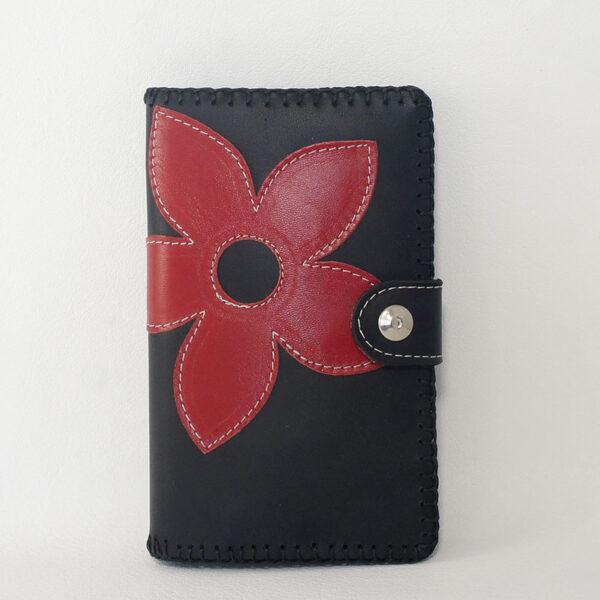 cartera de piel con flor