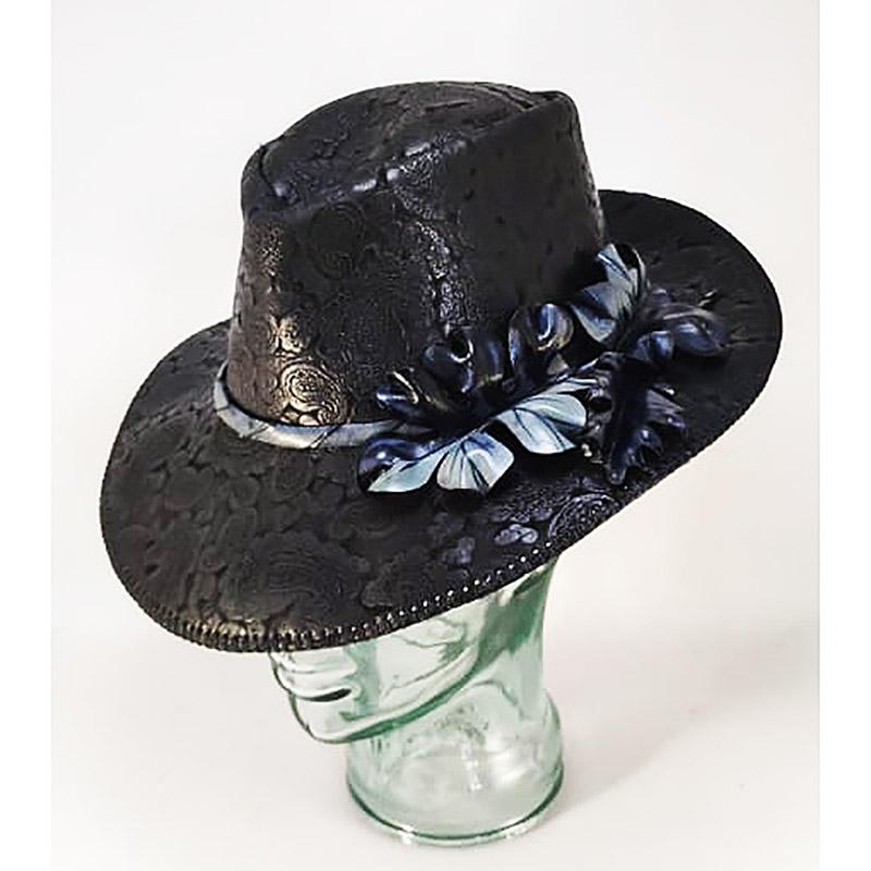 Sombrero de piel negro con hojas