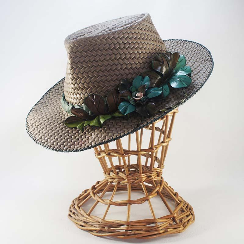 Sombrero de señora de cuero con hojas y flor